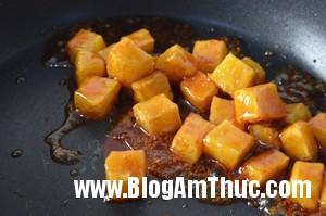 khuay deu de duong phu kin be mat khoai tay Khoai tây ngào đường   Món ngon từ khoai tây