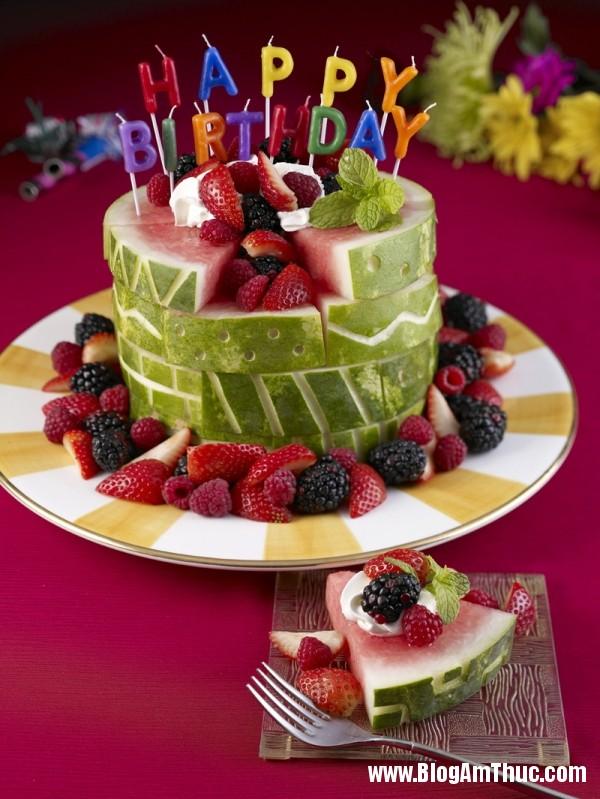 1396064956 tia dua hau thanh hinh banh sinh nhat 6 jpg Những chiếc bánh sinh nhật đẹp mắt được tỉa từ dưa hấu