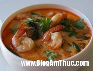 mon tom yum goong 300x229 Cách làm món Canh tôm kiểu Thái