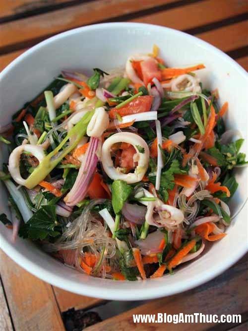 1306810891 salad mien hai san61 Cách làm salad miến hải sản ngon cho ngày hè