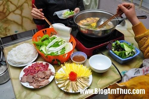 banh trang thit heo gia mem hiem co o pho nguyen bieu Đi ăn bánh tráng thịt heo giá mềm tại Hà Nội