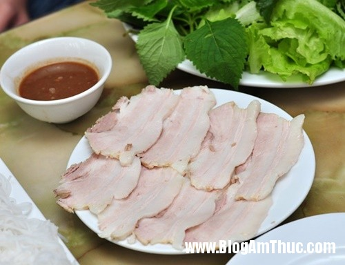 banh trang thit heo gia mem hiem co o pho nguyen bieu3 Đi ăn bánh tráng thịt heo giá mềm tại Hà Nội
