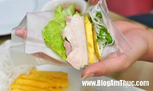 banh trang thit heo gia mem hiem co o pho nguyen bieu4a Đi ăn bánh tráng thịt heo giá mềm tại Hà Nội
