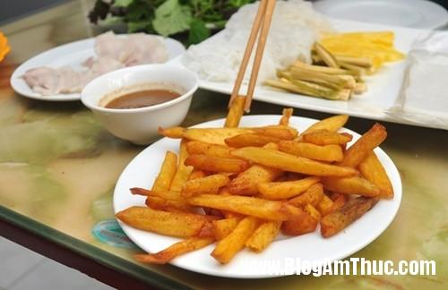 banh trang thit heo gia mem hiem co o pho nguyen bieu6 Đi ăn bánh tráng thịt heo giá mềm tại Hà Nội