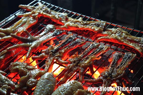 quan chan ga nuong thom nuc ngay lanh2 Chân gà nướng nổi tiếng trên đường Phan Xích Long