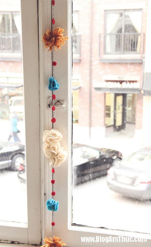 1384962121 5 Làm hoa vải treo lên cửa sổ điệu đà