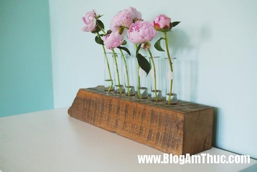1403110414 1 Chiếc lọ hoa độc đáo được làm từ gỗ và ống nghiệm