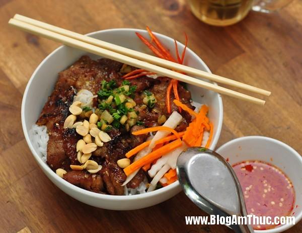 a03989f3f61b99dd98cf42c8043889c7 Bún thịt nướng tẩm mật ong trên phố Hoàng Quốc Việt