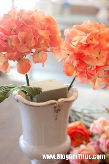 Binh hoa khoe sac ruc ro khong gian nha ban 3 Bình hoa tươi khoe sắc làm đẹp không gian ngôi nhà