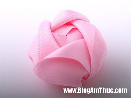 Trang tri day buoc toc cho be bang hoa ruy bang that xinh 7 Làm hoa ruy băng trang trí dây buộc tóc thật xinh
