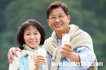 nguoi cao tuoi co nen uong sua tuoi khong11429256988 Người già nên uống sữa thế nào mới tốt?