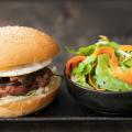 cach-lam-hamburger-thit-heo-nuong-theo-kieu-ngon-khong-che