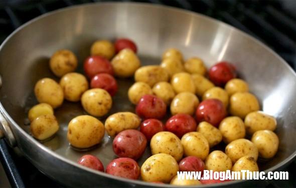 Cach lam mon khoai tay om ngon nhu nguoi Han c Cách làm khoai tây om lạ miệng cực ngon