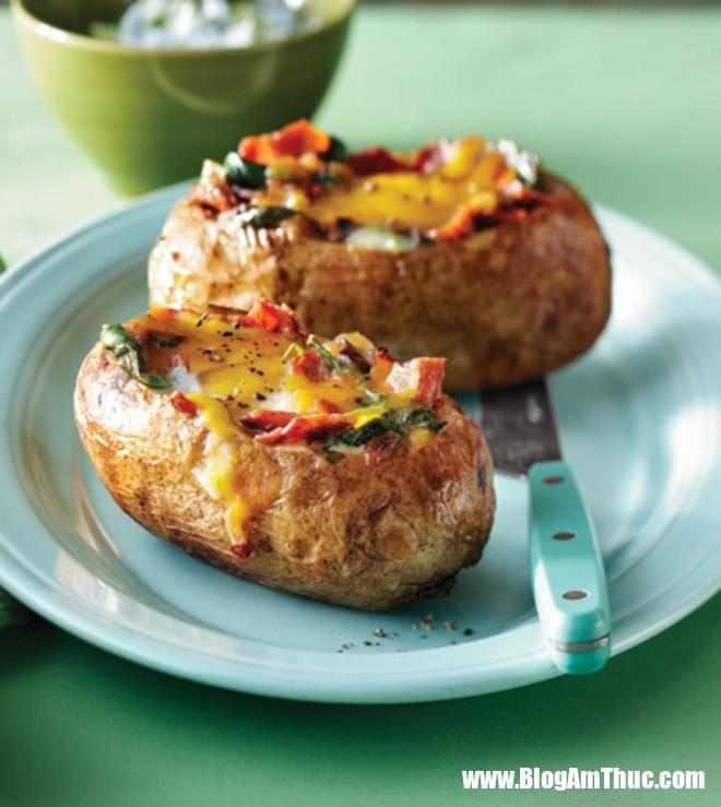 khoai tay nuong trung 5 1528386482893406415286 Bữa sáng đầy đủ dinh dưỡng với khoai tây nướng trứng thơm phức