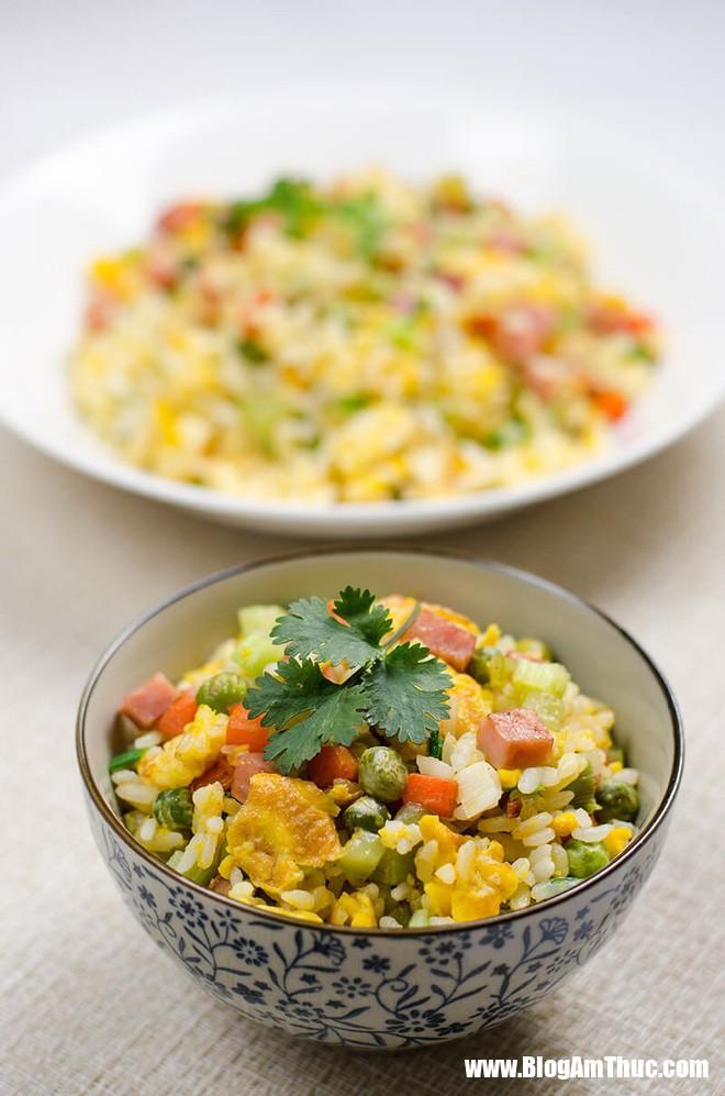vegetables eggs and ham fried rice 91 1529998744821294144345 Tận dụng cơm nguội làm cơm chiên thập cẩm bắt mắt, thơm ngon
