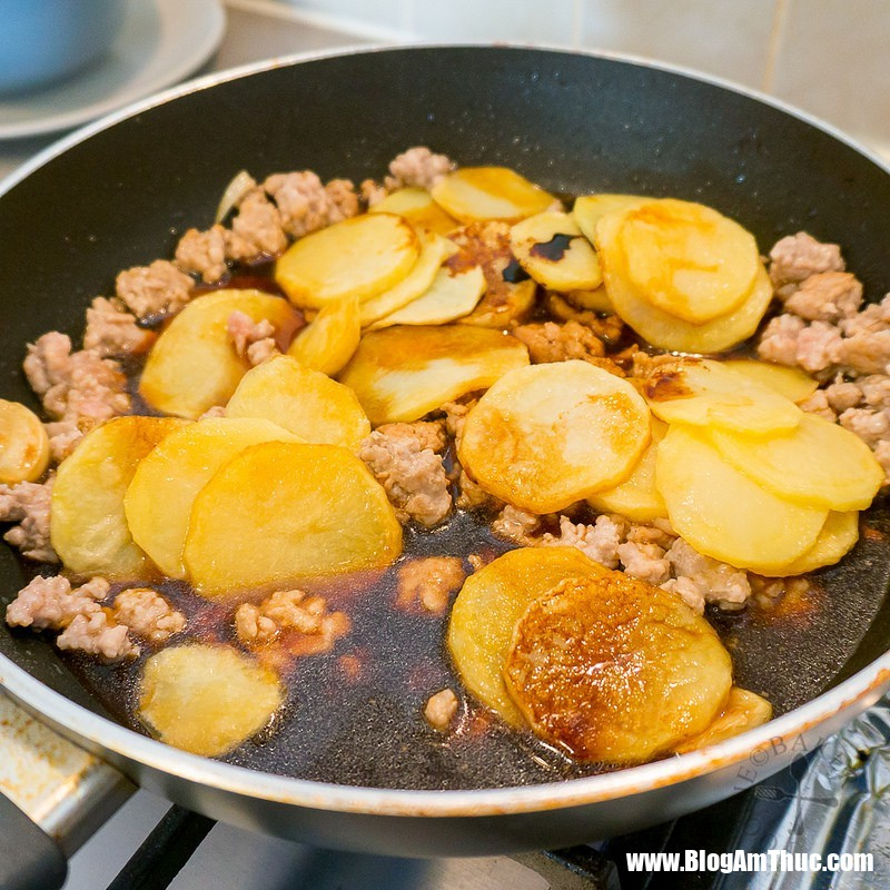 20357278810e3277a1ac2c 153486728897289200239 Công thức giúp khoai tây xào thịt tuyệt ngon