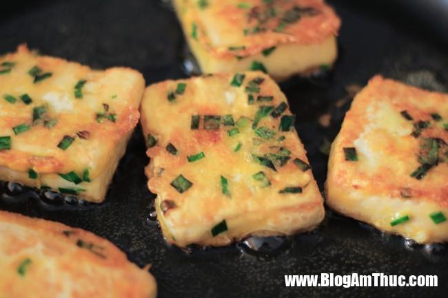 pan fired tofu with chives 7 15346450851201900156577 Mẹo chiên đậu phụ không phải ai cũng biết làm